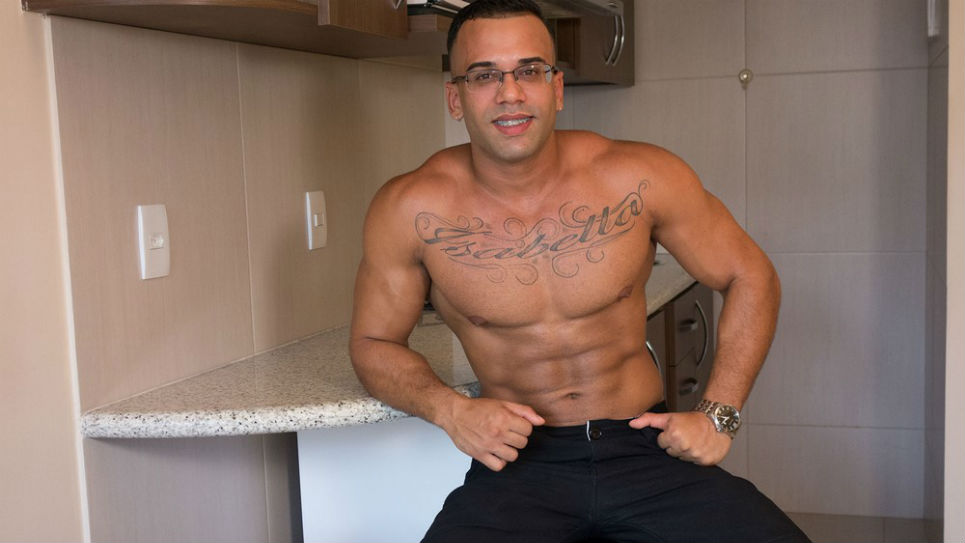 Muscle hunk Mauricio jerks off