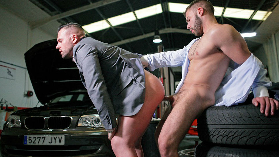 Suited hunks Gabriel Lunna and Diego Reyes fuck
