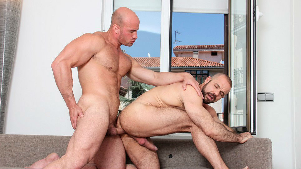 Felipe Ferro squats down on Hugo Stark's cock