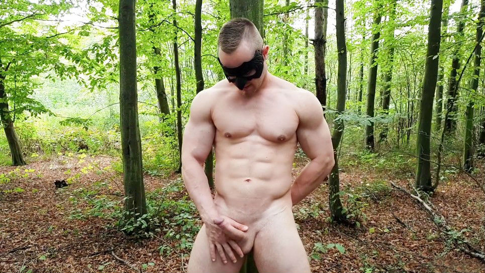 Muscle hunk Zahn jerks off in the woods